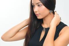 Primer de la mujer hermosa que lleva la joyería de plata de lujo Earr Fotografía de archivo