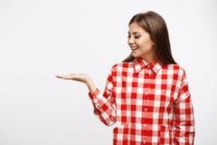 Primer de la mujer joven atractiva en camisa con la mano para arriba Foto de archivo libre de regalías