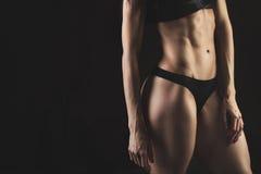 Primer de la mujer joven del atleta de los músculos abdominales Imagenes de archivo