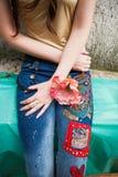 Primer de la mujer joven en tejanos del estilo del boho con el ap colorido Imágenes de archivo libres de regalías
