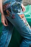 Primer de la mujer joven en tejanos del estilo del boho con el ap colorido Fotografía de archivo
