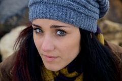 Primer de la mujer joven que siente triste con el sombrero Imagen de archivo