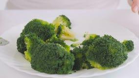 Primer de la mujer que come el bróculi hervido almacen de metraje de vídeo