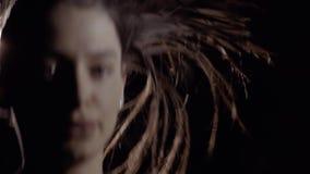 Primer de la mujer que hace la cuerda que salta contra fondo de la luz artificial metrajes