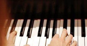 Primer de la mujer que juega un piano metrajes