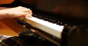 Primer de la mujer que juega un piano almacen de metraje de vídeo