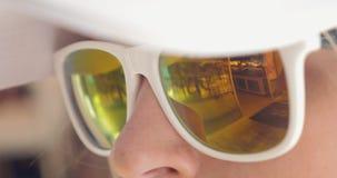 Primer de la mujer que lleva las gafas de sol duplicadas metrajes