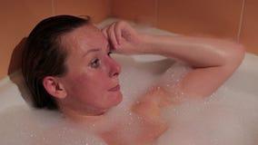 Primer de la mujer que llora en bañera después de violencia y de abuso almacen de metraje de vídeo