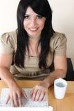 Primer de la mujer que trabaja en el escritorio en el ordenador portátil imágenes de archivo libres de regalías
