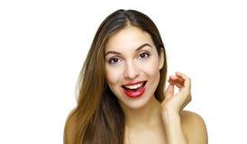 Primer de la mujer sonriente hermosa feliz que mira la cámara sobre el fondo blanco foto de archivo libre de regalías