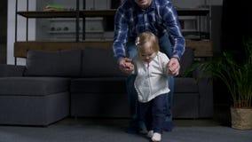 Primer de la niña pequeña linda que hace pasos en casa almacen de video