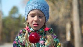 Primer de la niña que come la manzana de caramelo metrajes