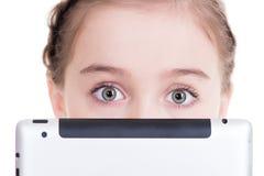 Primer de la niña que se sienta con la tableta Fotos de archivo libres de regalías
