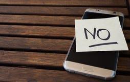 Primer de la nota sobre el teléfono celular que recuerda al usuario tener un resto foto de archivo libre de regalías