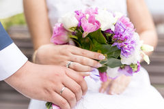 Primer de la novia y del novio que sostienen el ramo nupcial hermoso Fotos de archivo