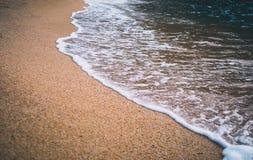 Primer de la onda del mar en la arena de la playa fotos de archivo libres de regalías
