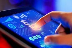Primer de la pantalla conmovedora de la tableta-PC del finger Foto de archivo libre de regalías