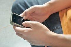 Primer de la pantalla táctil de la mano del hombre del teléfono elegante Fotografía de archivo libre de regalías