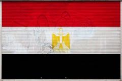 Primer de la pared vieja del metal con la bandera nacional stock de ilustración