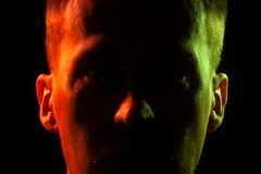 Primer de la parte de la cara de una cara sin afeitar de un hombre con s fotografía de archivo libre de regalías