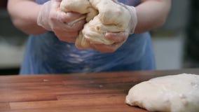 Primer de la pasta de levadura amasada cocinero Cantidad com?n Cocine en la empresa industrial en forma y los guantes preparan pa almacen de metraje de vídeo