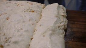 Primer de la pasta de levadura con las pasas Cantidad com?n Pasta cruda con las pasas dulces listas para cocer Fabricación dulce almacen de metraje de vídeo