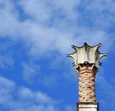 Primer de la pequeña torre sobre un edificio veneciano del estilo Cielo en fondo imagen de archivo