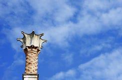 Primer de la pequeña torre sobre un edificio veneciano del estilo Cielo en fondo foto de archivo