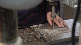 Primer de la perforadora Primer de las piezas y de los microprocesadores del taladro Empresa industrial metrajes