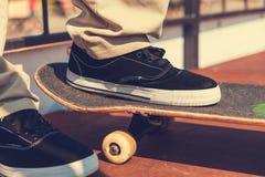 Primer de la pierna del patinador en un monopatín Imagenes de archivo