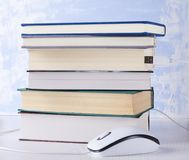 Primer de la pila de libros y de ratón del ordenador Concepto de aprendizaje electr?nico y de lectura imagen de archivo libre de regalías