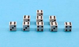 Fondo blanco del azul de la pirámide de los dados del juego Fotos de archivo libres de regalías