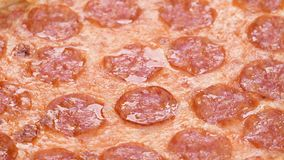 Primer de la pizza con cantidad de la mozzarella 4k del salami y del queso Rotaci?n lenta del detalle macro de la pizza de salchi almacen de video