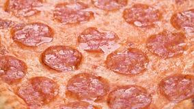 Primer de la pizza con cantidad de la mozzarella 4k del salami y del queso Rotaci?n lenta del detalle macro de la pizza de salchi almacen de metraje de vídeo