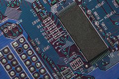 Primer de la placa de circuito electrónica con el procesador Foto de archivo libre de regalías