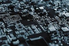 Primer de la placa de circuito electr?nica con el procesador de la placa madre del ordenador foto de archivo