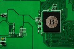 Primer de la placa de circuito del bitcoin con el procesador del bitcoin Fotos de archivo
