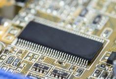 Primer de la placa de circuito electrónica con los microchipes Imágenes de archivo libres de regalías