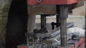 primer de la prensa hidráulica durante la operación Maquinista en una empresa industrial almacen de metraje de vídeo