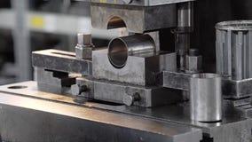 Primer de la prensa hidráulica El proceso de la máquina en una empresa industrial almacen de metraje de vídeo