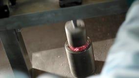 Primer de la producción de la bomba del baño en el laboratorio almacen de metraje de vídeo