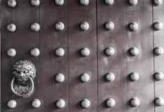 Primer de la puerta roja del templo en Chinatown Imagen de archivo libre de regalías