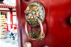 Primer de la puerta roja del templo en Chinatown Fotografía de archivo