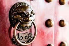 Primer de la puerta roja del templo en Chinatown Fotografía de archivo libre de regalías