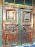 Primer de la puerta texturizada con la manija Imagen de archivo