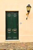 Primer de la puerta vieja con los posts de la lámpara en Colonia, Uruguay Fotos de archivo libres de regalías