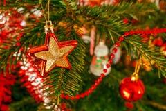 Primer de la rama de árbol de navidad con las decoraciones Imágenes de archivo libres de regalías