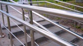 Primer de la rampa de aluminio en el movimiento La c?mara sigue la ruta que va en la acera Gran paseo alrededor de la ciudad almacen de video
