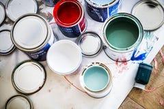 Primer de la renovación de la pintura de casa foto de archivo