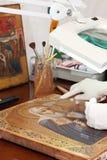 Primer de la restauración del icono antiguo Imágenes de archivo libres de regalías